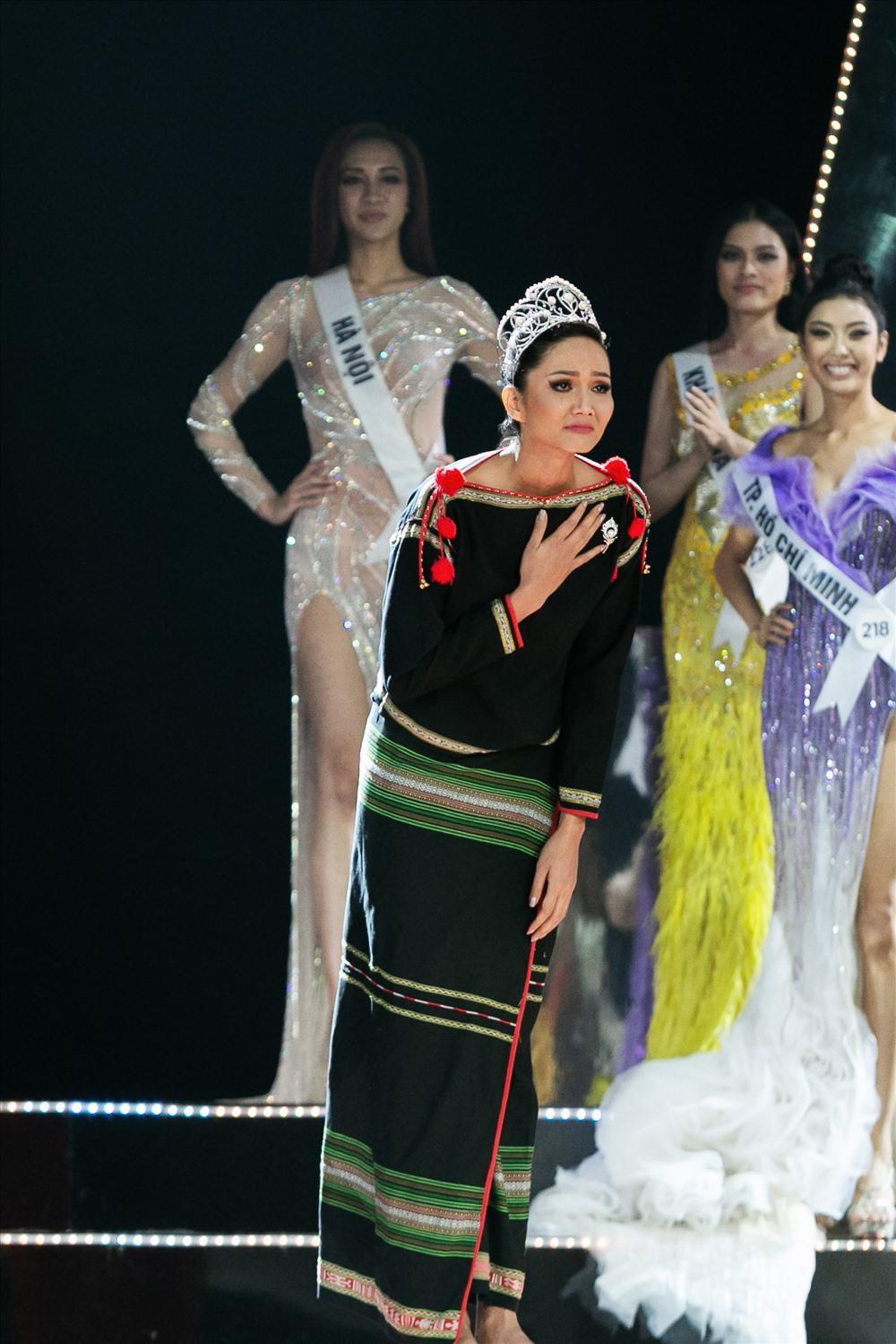 Final walk đẫm nước mắt của Hoa hậu Việt, H'Hen Niê làm fan quốc tế chao đảo Ảnh 11