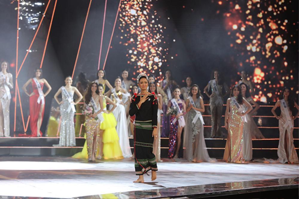 Final walk đẫm nước mắt của Hoa hậu Việt, H'Hen Niê làm fan quốc tế chao đảo Ảnh 10