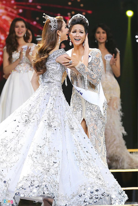 Final walk đẫm nước mắt của Hoa hậu Việt, H'Hen Niê làm fan quốc tế chao đảo Ảnh 8