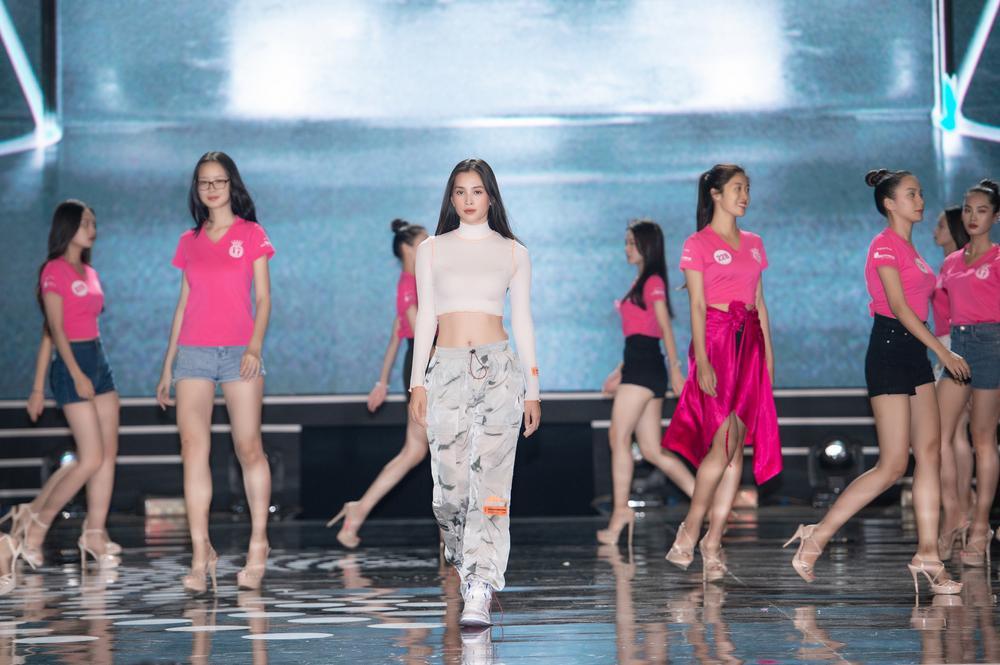 Hoa hậu Lương Thùy Linh - Tiểu Vy cùng Á hậu Phương Nga - Thúy An - Kiều Loan khoe mặt mộc, eo thon Ảnh 3