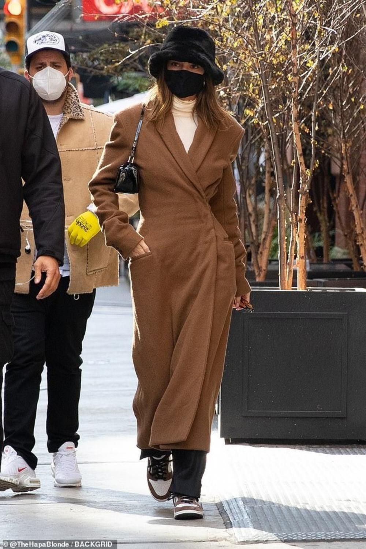 Hai chân dài triệu đô Kendall Jenner & Bella Hadid ra kín bưng xuống phố vẫn hút mọi ánh nhìn Ảnh 6