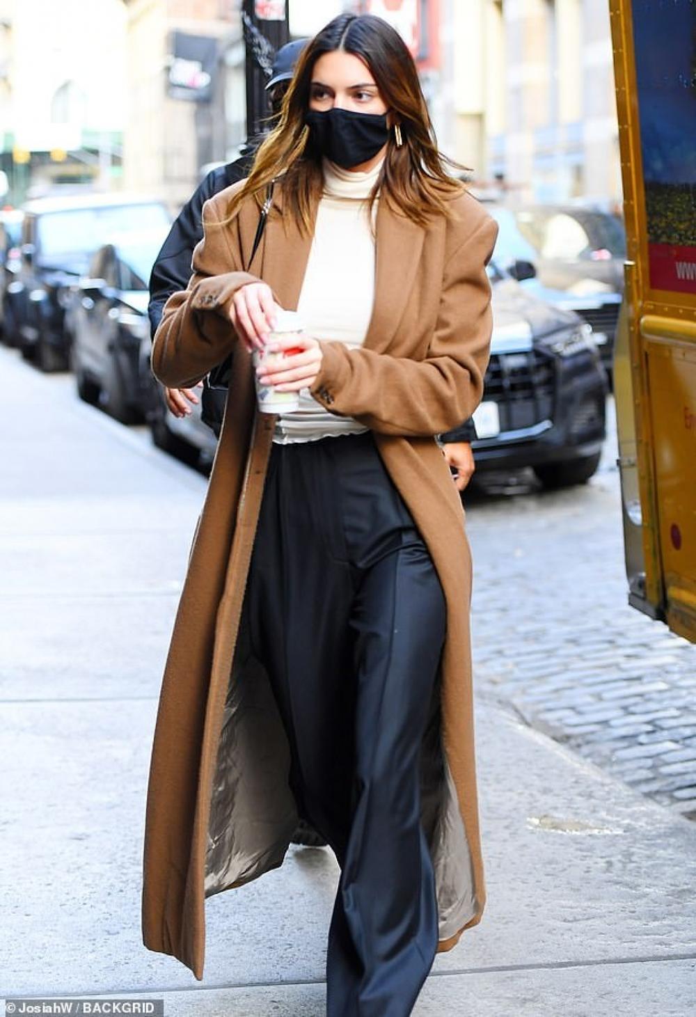 Hai chân dài triệu đô Kendall Jenner & Bella Hadid ra kín bưng xuống phố vẫn hút mọi ánh nhìn Ảnh 7