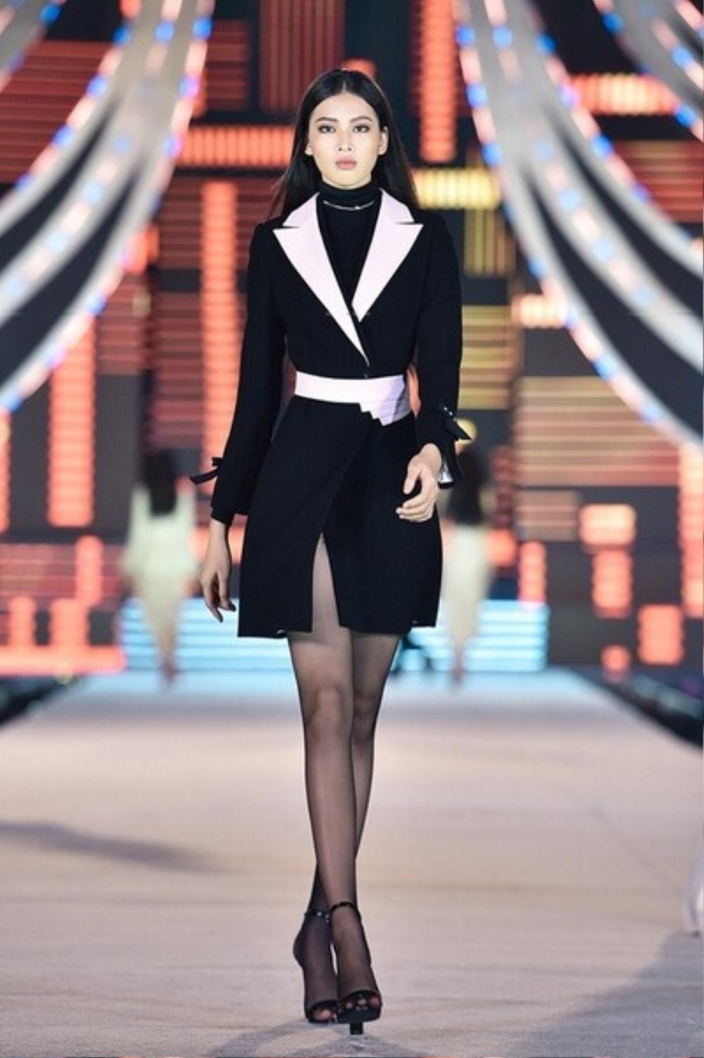 Á hậu 2 Hoa hậu Việt Nam 2020 Ngọc Thảo chuộng váy siêu ngắn khoe đôi chân 1m11 Ảnh 2