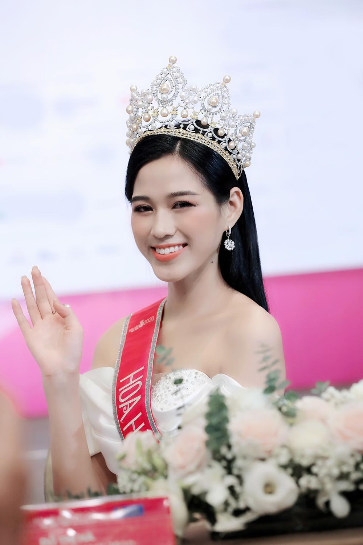 Hoa hậu Đỗ Thị Hà và 2 á hậu Phương Anh - Ngọc Thảo 'đọ trình' tiếng Anh, sẵn sàng thi quốc tế Ảnh 11