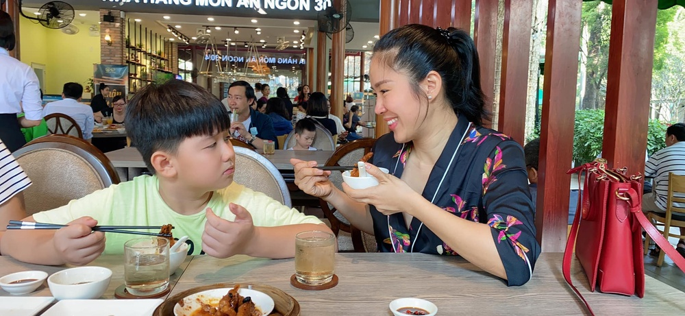 Phản ứng đáng yêu của con trai Lê Phương khi thấy mẹ bị áp lực cân nặng Ảnh 4