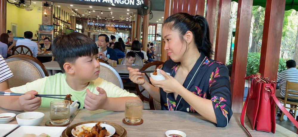 Phản ứng đáng yêu của con trai Lê Phương khi thấy mẹ bị áp lực cân nặng Ảnh 3