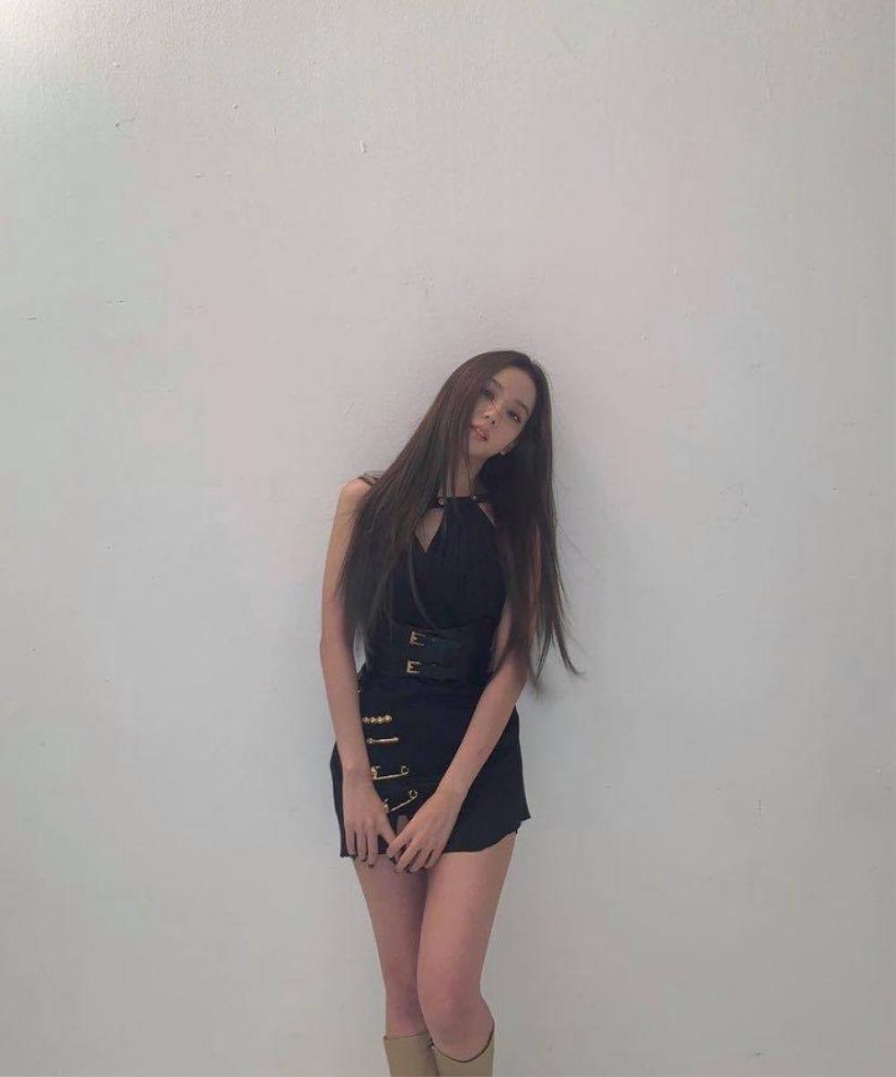 Kylie Jenner, Jisoo Black Pink lăng xê style lạ đính kim băng vào quần áo Ảnh 4