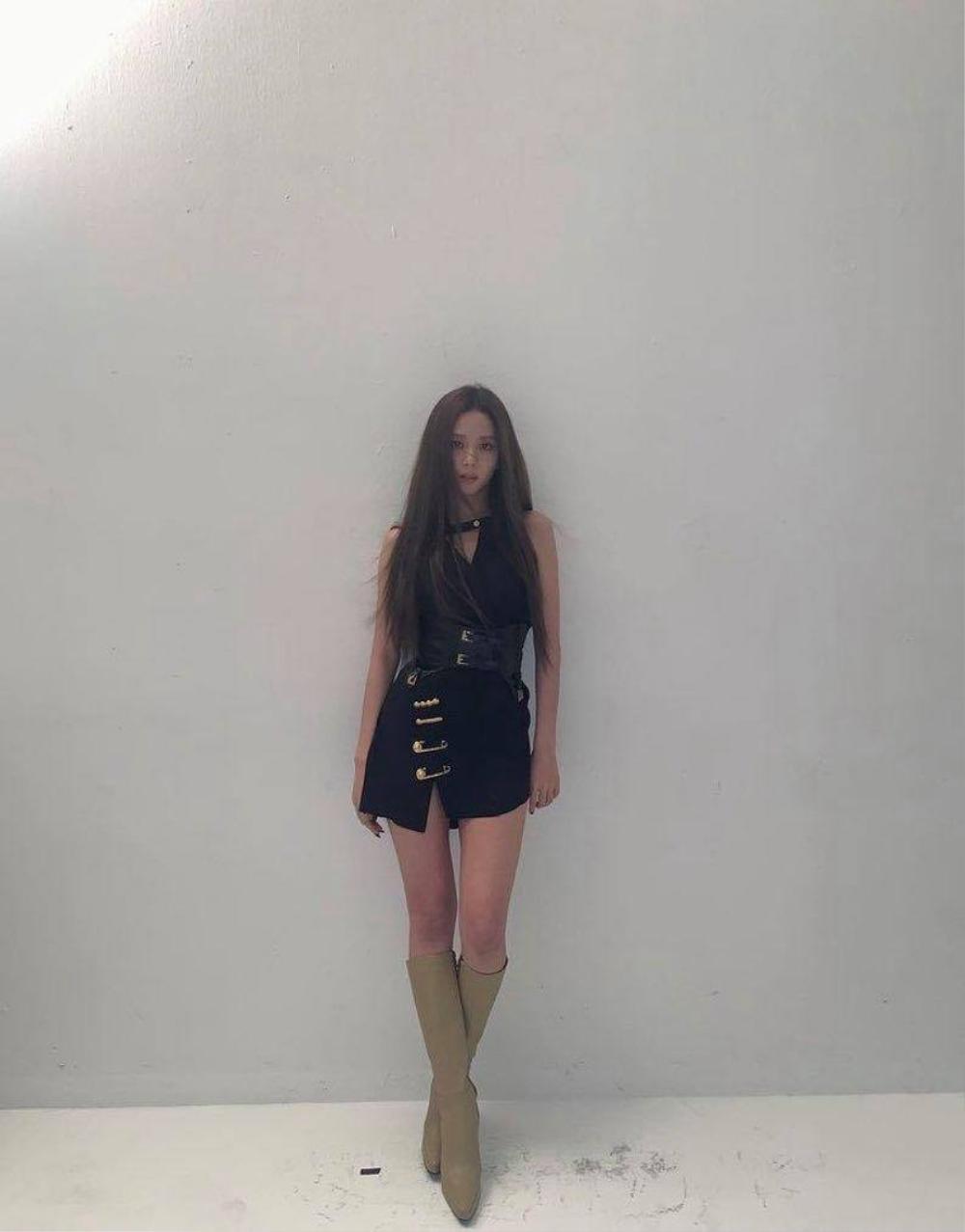 Kylie Jenner, Jisoo Black Pink lăng xê style lạ đính kim băng vào quần áo Ảnh 3