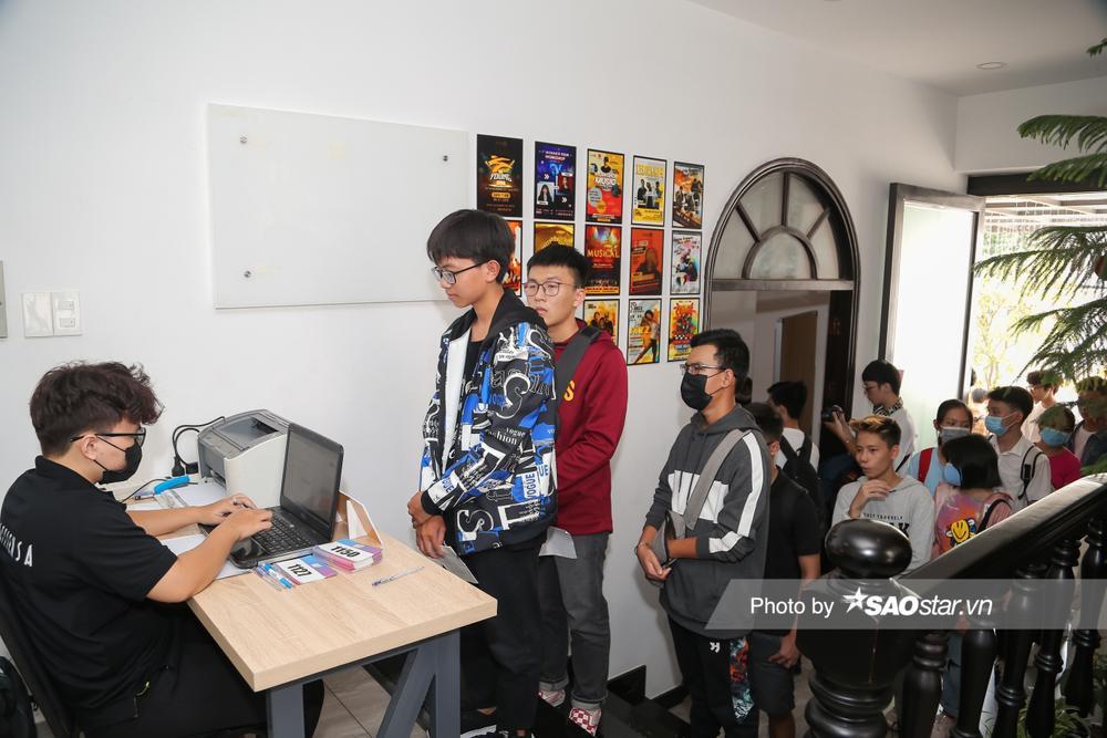 Hàng trăm thí sinh dưới 16 tuổi vây kín khu casting Giọng hát Việt nhí 2021: New Generation tại TP.HCM Ảnh 1