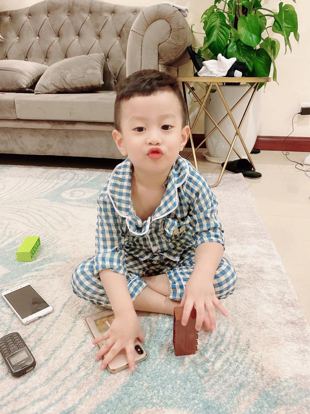 Từng căng thẳng hậu ly hôn, nay Việt Anh đã thoải mái qua nhà vợ cũ phụ chăm con trai Ảnh 3