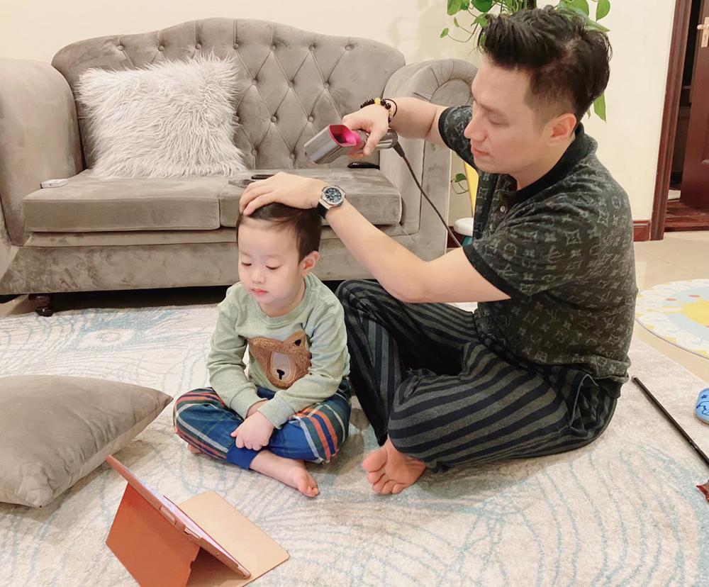 Từng căng thẳng hậu ly hôn, nay Việt Anh đã thoải mái qua nhà vợ cũ phụ chăm con trai Ảnh 1