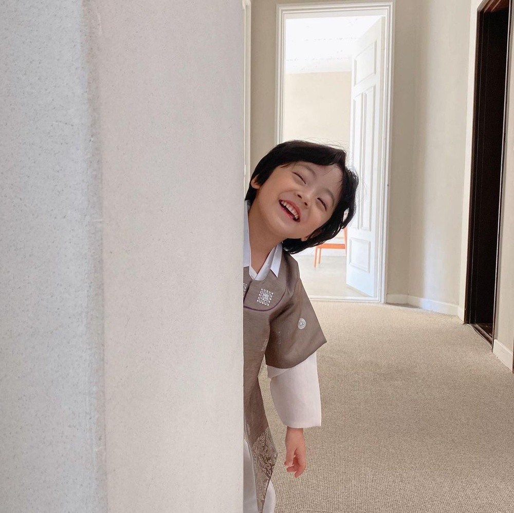 Con gái Kim Tae Hee hóa 'chàng rể nhỏ', xinh hơn cả nữ giới! Ảnh 4