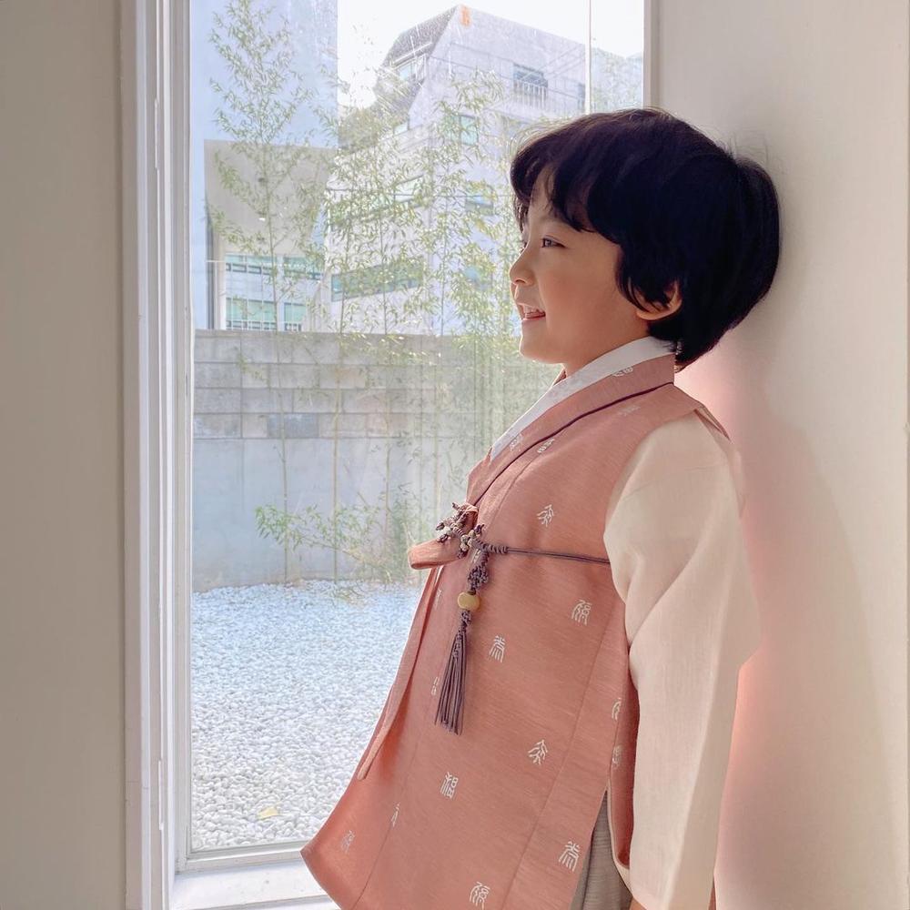 Con gái Kim Tae Hee hóa 'chàng rể nhỏ', xinh hơn cả nữ giới! Ảnh 1