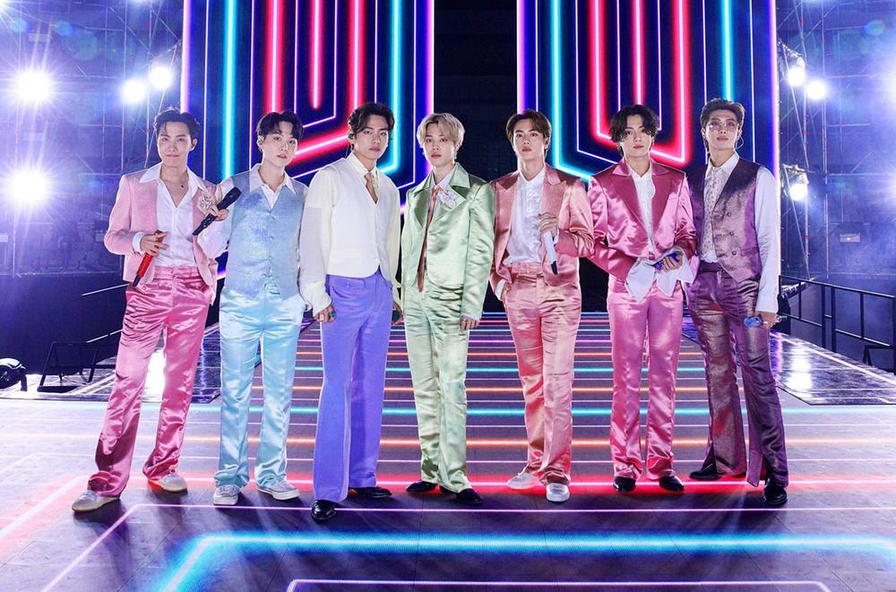 Mang danh 'anh áo vest hồng', Jungkook (BTS) thu về lượt xem fancam khủng Ảnh 2