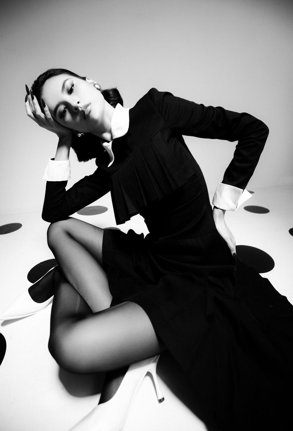 Cao Thiên Trang hóa quý cô Pháp thanh lịch cùng cặp màu đen, trắng kinh điển Ảnh 13