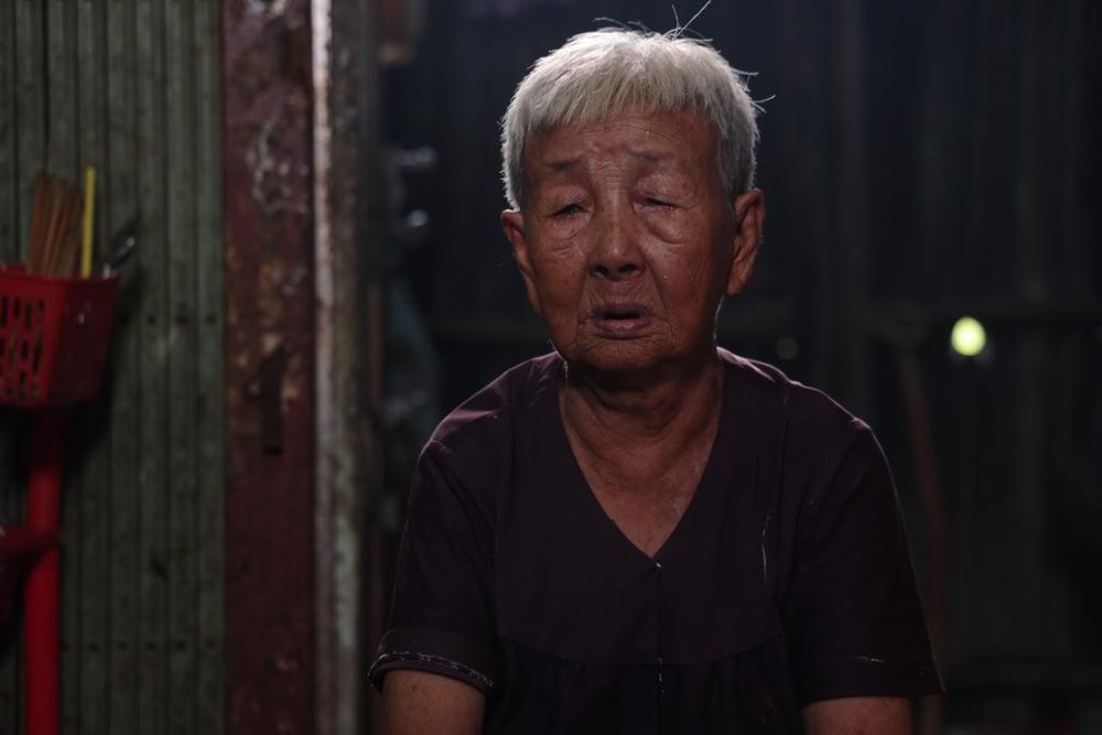 Cảm thương hoàn cảnh khó khăn của cụ bà U90 một mình nuôi 3 cháu mồ côi, còng lưng đẩy xe tàu hũ mưu sinh Ảnh 14