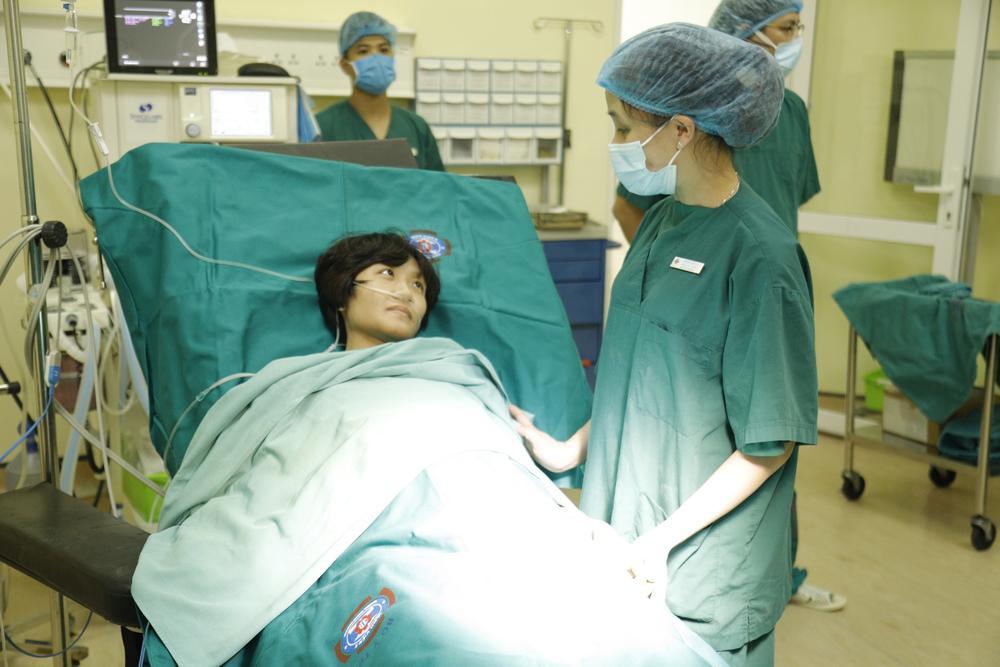 Hành trình kỳ diệu của người mẹ chiến đấu với ung thư, phẫu thuật trong tư thế ngồi để con được chào đời Ảnh 4