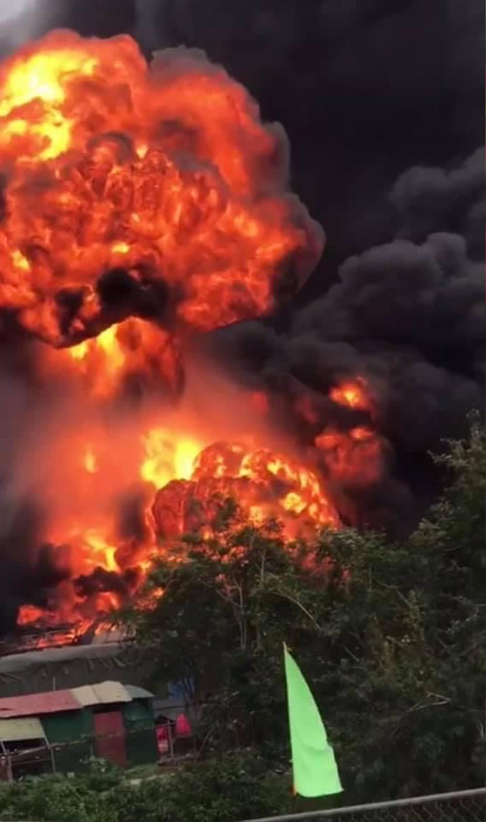 Xe chở pháo lậu ngờ phát nổ bốc cháy kinh hoàng, 2 người chết, 6 người bị thương Ảnh 1
