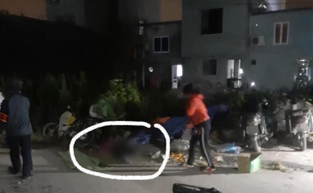 Chồng cầm dao sát hại vợ ngoài chợ rồi ra công an đầu thú Ảnh 1