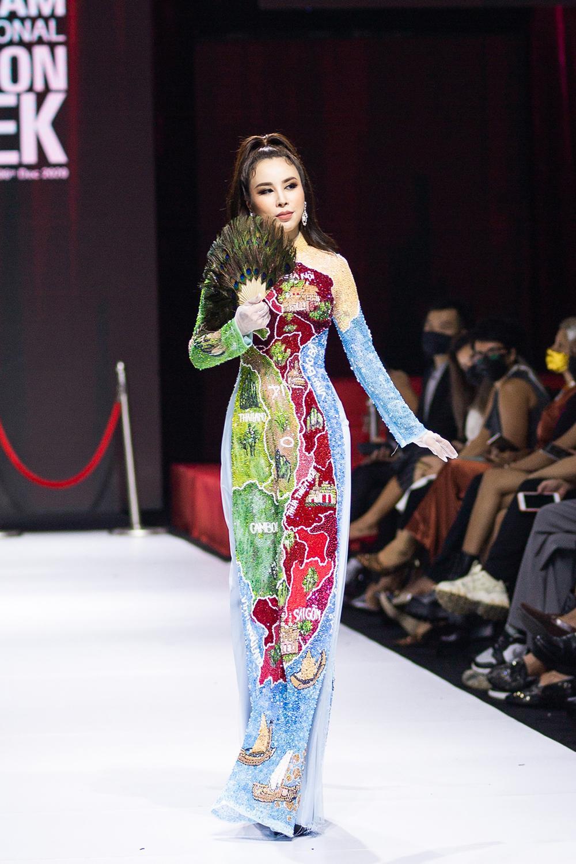 Áo dài đính kết bản đồ Việt Nam cao quý và sang trọng trên sàn diễn thời trang Ảnh 3