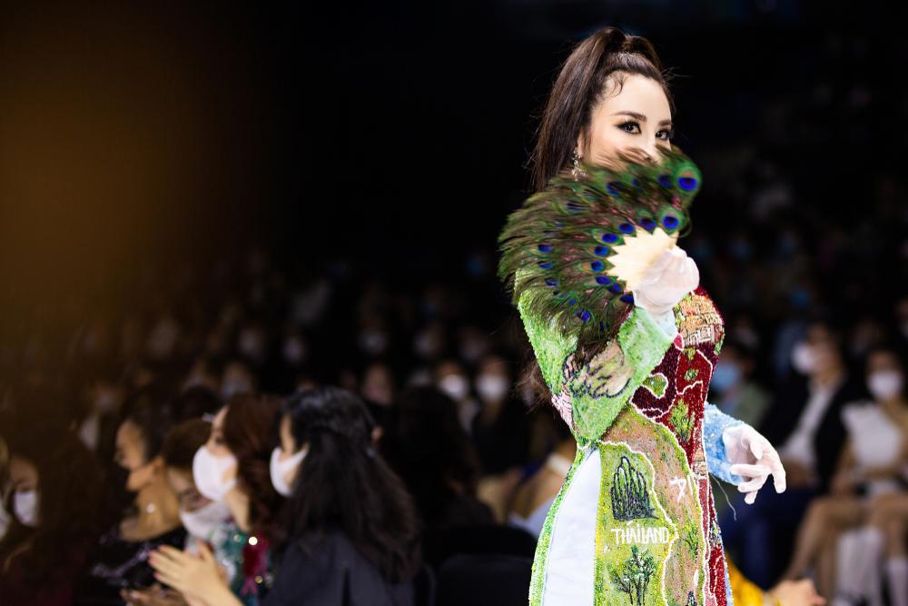Áo dài đính kết bản đồ Việt Nam cao quý và sang trọng trên sàn diễn thời trang Ảnh 5