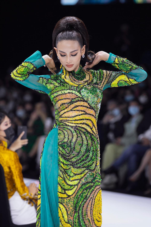 Áo dài đính kết bản đồ Việt Nam cao quý và sang trọng trên sàn diễn thời trang Ảnh 6