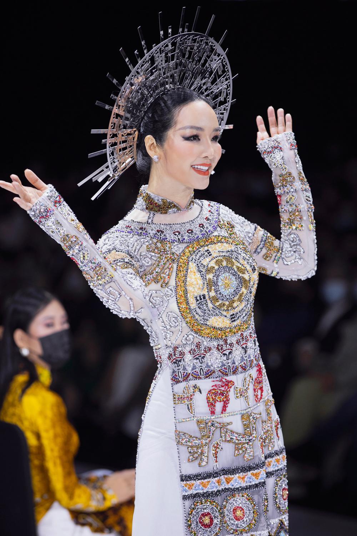 Áo dài đính kết bản đồ Việt Nam cao quý và sang trọng trên sàn diễn thời trang Ảnh 9