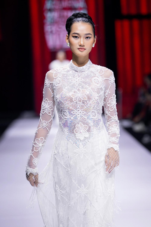 Áo dài đính kết bản đồ Việt Nam cao quý và sang trọng trên sàn diễn thời trang Ảnh 12