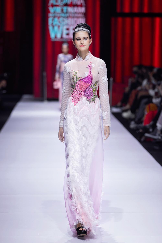 Áo dài đính kết bản đồ Việt Nam cao quý và sang trọng trên sàn diễn thời trang Ảnh 13