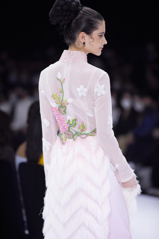 Áo dài đính kết bản đồ Việt Nam cao quý và sang trọng trên sàn diễn thời trang Ảnh 14