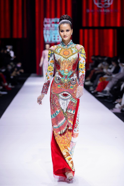 Áo dài đính kết bản đồ Việt Nam cao quý và sang trọng trên sàn diễn thời trang Ảnh 15