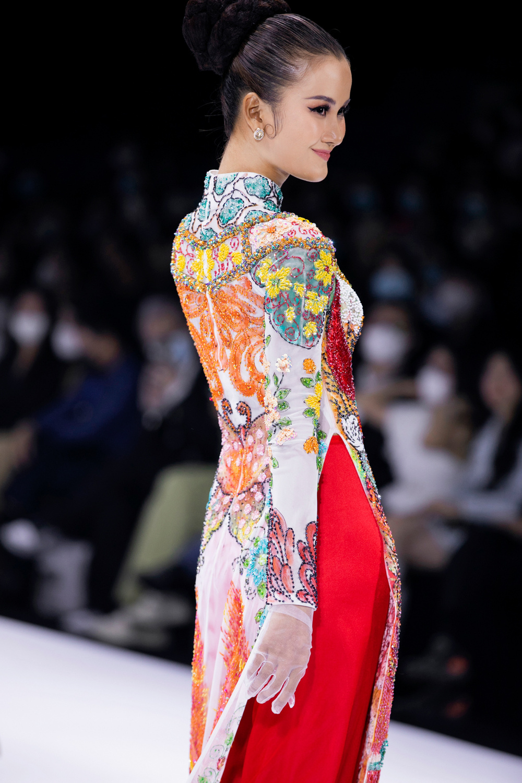 Áo dài đính kết bản đồ Việt Nam cao quý và sang trọng trên sàn diễn thời trang Ảnh 16