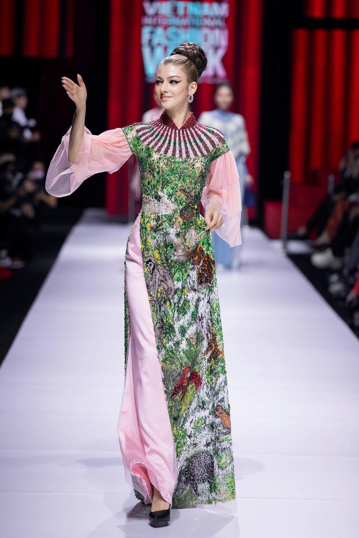 Áo dài đính kết bản đồ Việt Nam cao quý và sang trọng trên sàn diễn thời trang Ảnh 17
