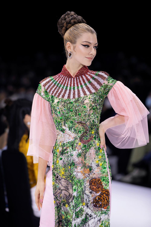 Áo dài đính kết bản đồ Việt Nam cao quý và sang trọng trên sàn diễn thời trang Ảnh 18