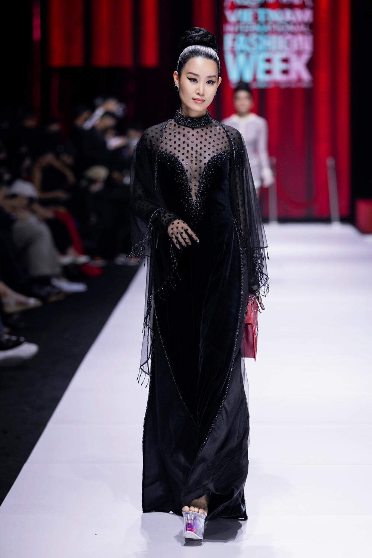 Áo dài đính kết bản đồ Việt Nam cao quý và sang trọng trên sàn diễn thời trang Ảnh 22