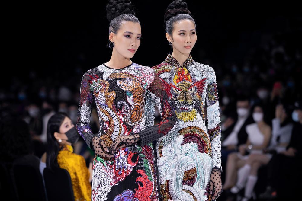 Áo dài đính kết bản đồ Việt Nam cao quý và sang trọng trên sàn diễn thời trang Ảnh 23