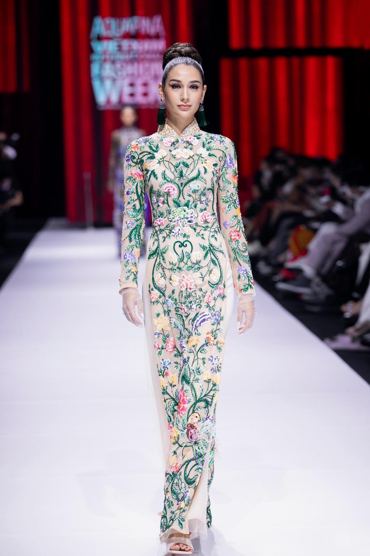 Áo dài đính kết bản đồ Việt Nam cao quý và sang trọng trên sàn diễn thời trang Ảnh 24