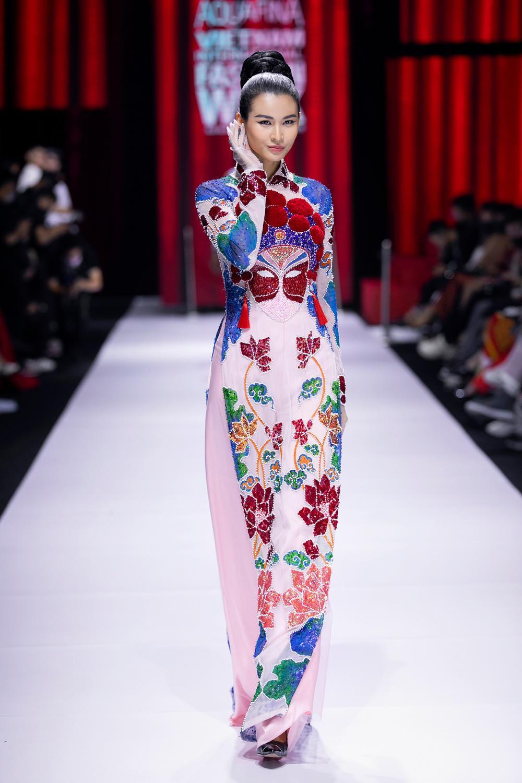 Áo dài đính kết bản đồ Việt Nam cao quý và sang trọng trên sàn diễn thời trang Ảnh 25