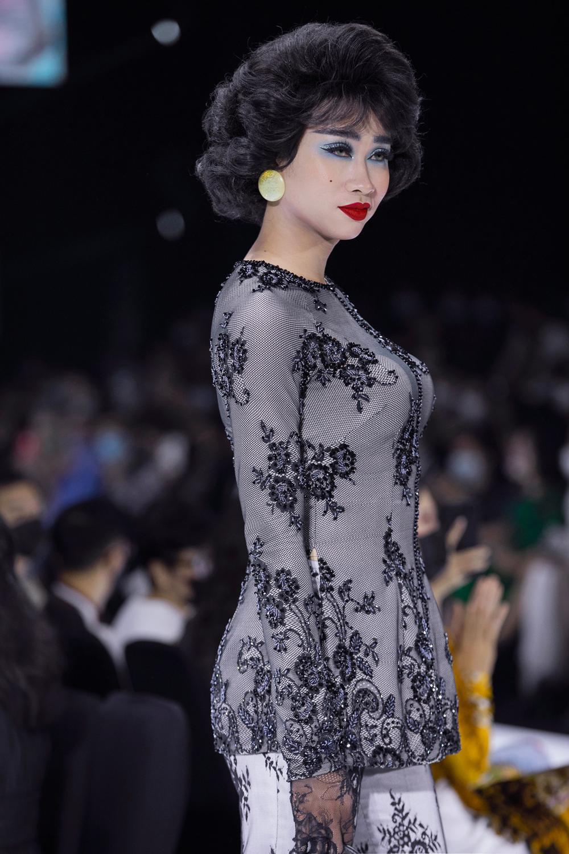 Áo dài đính kết bản đồ Việt Nam cao quý và sang trọng trên sàn diễn thời trang Ảnh 26