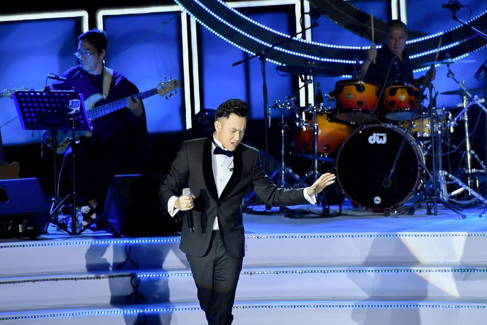 Dương Triệu Vũ bật khóc, cùng anh trai Hoài Linh hát tặng bố mẹ trong liveshow 'Dạ Nguyệt' Ảnh 1