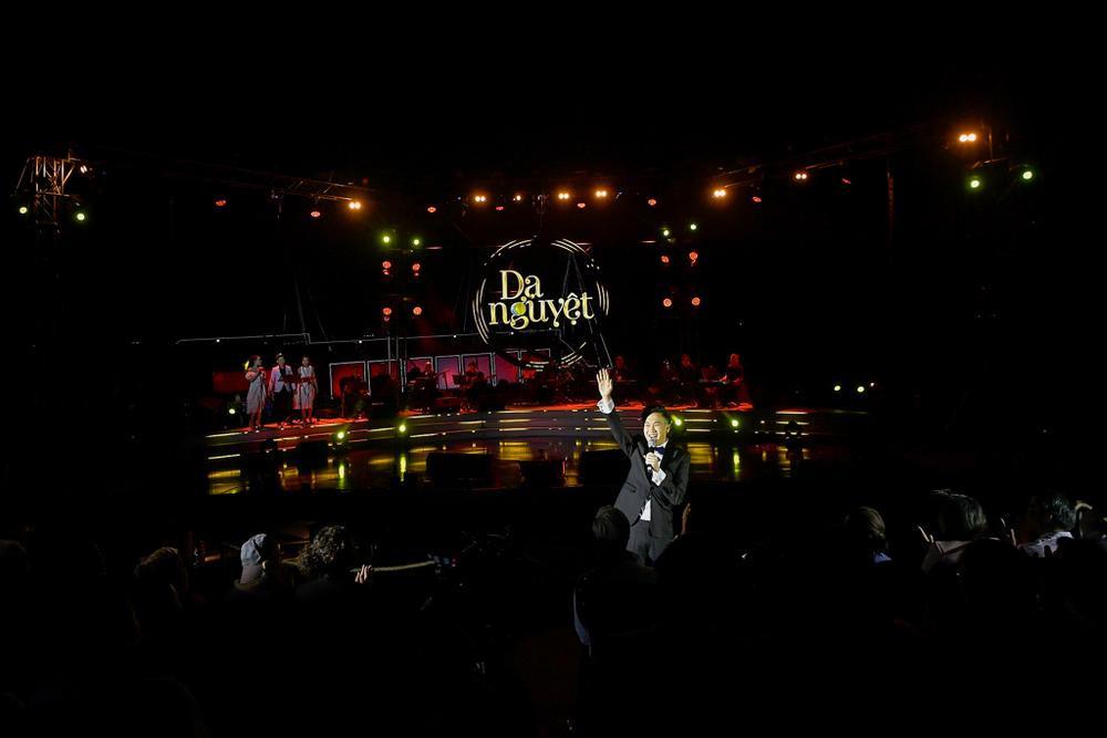 Dương Triệu Vũ bật khóc, cùng anh trai Hoài Linh hát tặng bố mẹ trong liveshow 'Dạ Nguyệt' Ảnh 2