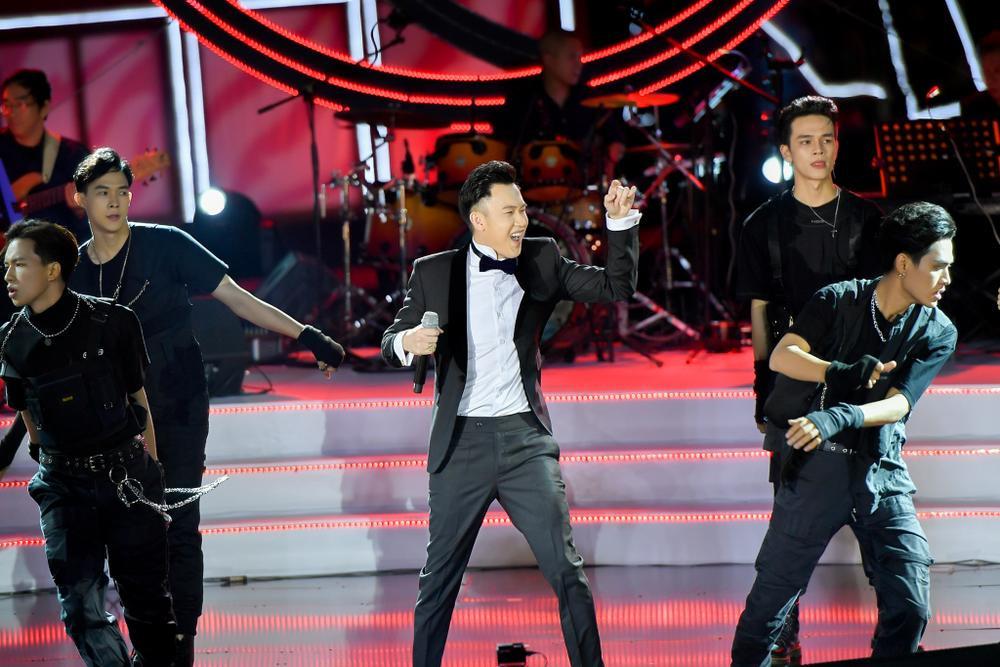 Dương Triệu Vũ bật khóc, cùng anh trai Hoài Linh hát tặng bố mẹ trong liveshow 'Dạ Nguyệt' Ảnh 4