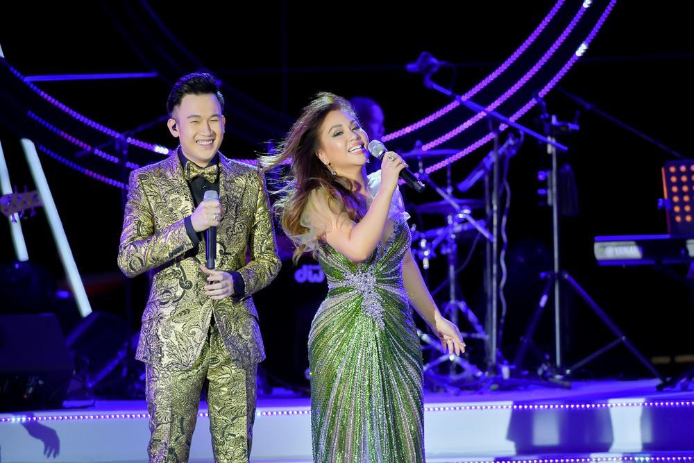 Dương Triệu Vũ bật khóc, cùng anh trai Hoài Linh hát tặng bố mẹ trong liveshow 'Dạ Nguyệt' Ảnh 7