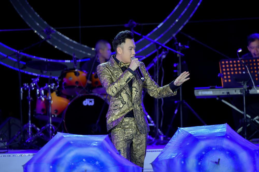 Dương Triệu Vũ bật khóc, cùng anh trai Hoài Linh hát tặng bố mẹ trong liveshow 'Dạ Nguyệt' Ảnh 9