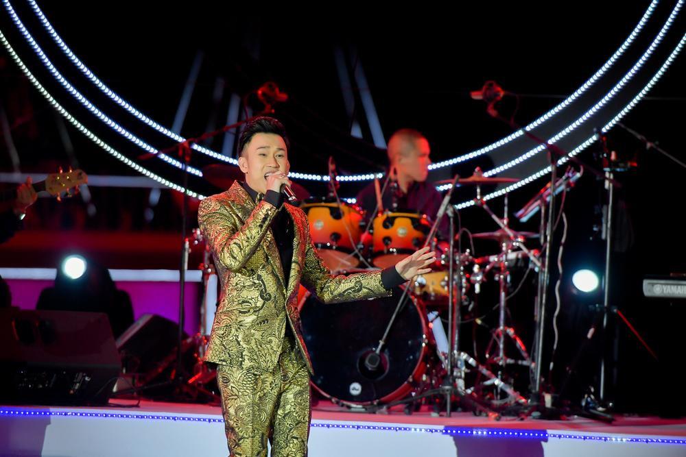 Dương Triệu Vũ bật khóc, cùng anh trai Hoài Linh hát tặng bố mẹ trong liveshow 'Dạ Nguyệt' Ảnh 10