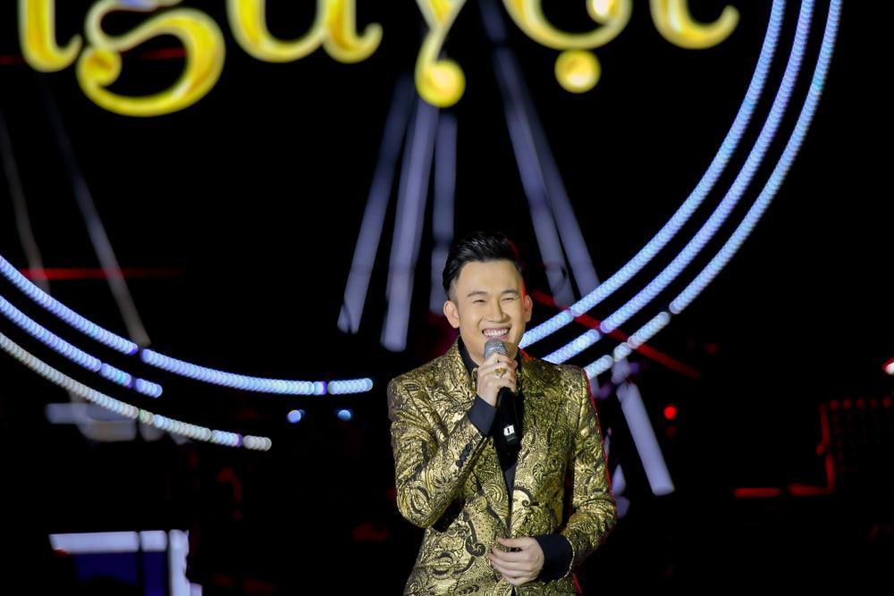 Dương Triệu Vũ bật khóc, cùng anh trai Hoài Linh hát tặng bố mẹ trong liveshow 'Dạ Nguyệt' Ảnh 11