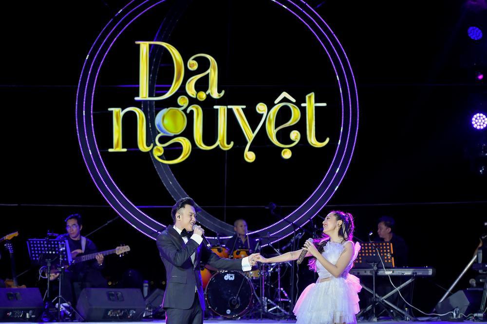 Dương Triệu Vũ bật khóc, cùng anh trai Hoài Linh hát tặng bố mẹ trong liveshow 'Dạ Nguyệt' Ảnh 14