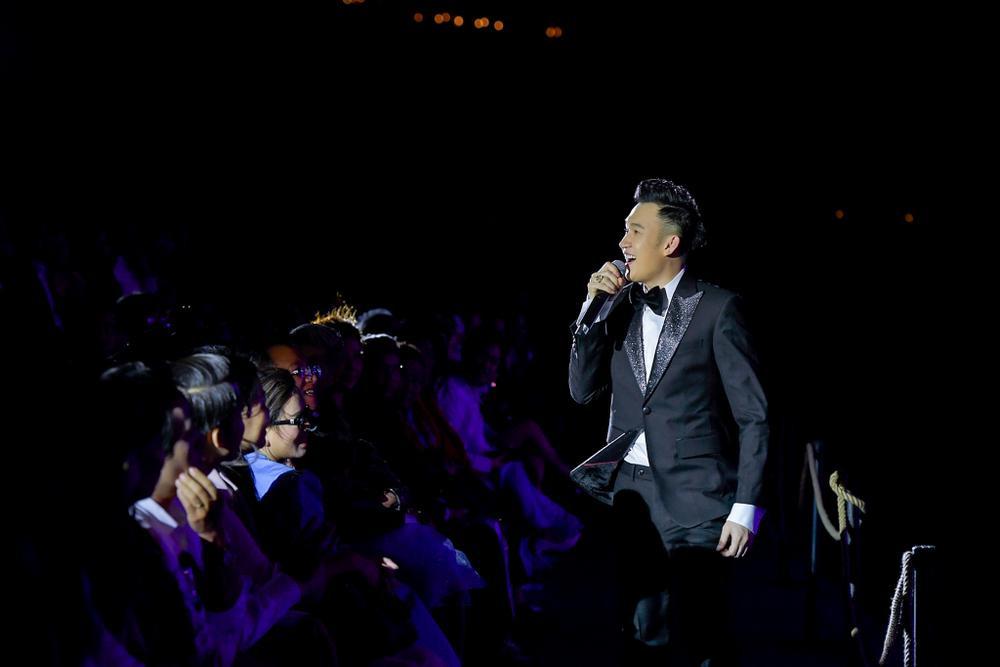 Dương Triệu Vũ bật khóc, cùng anh trai Hoài Linh hát tặng bố mẹ trong liveshow 'Dạ Nguyệt' Ảnh 15