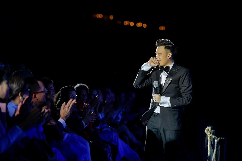 Dương Triệu Vũ bật khóc, cùng anh trai Hoài Linh hát tặng bố mẹ trong liveshow 'Dạ Nguyệt' Ảnh 16