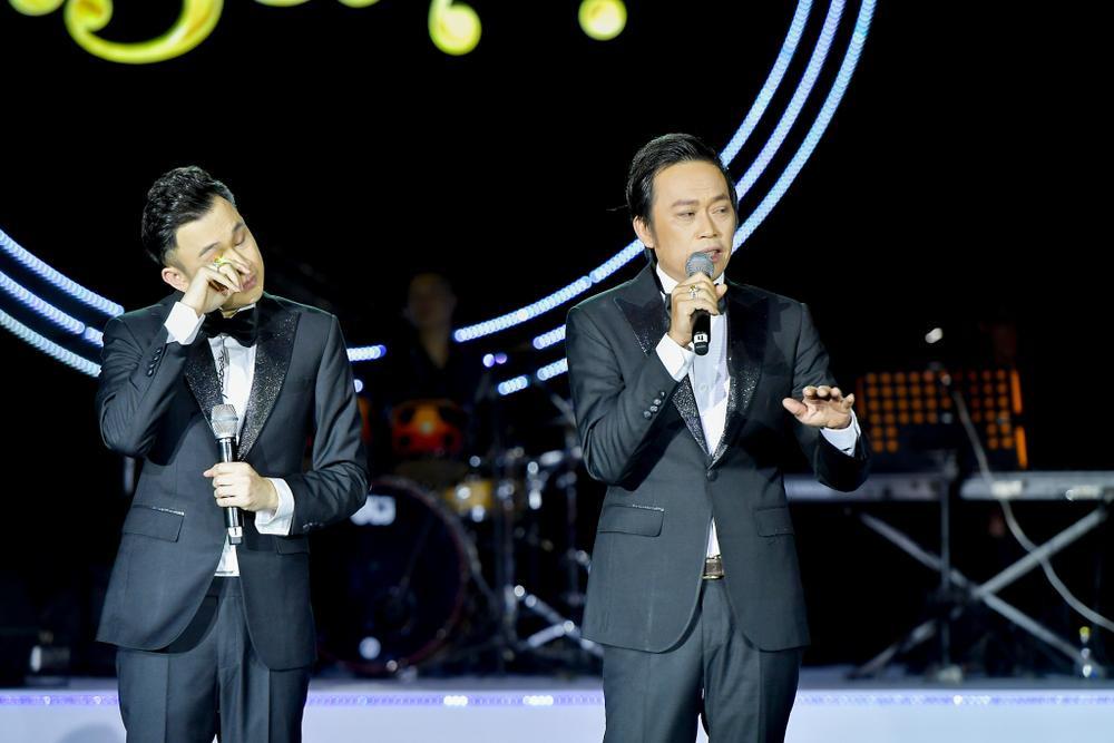 Dương Triệu Vũ bật khóc, cùng anh trai Hoài Linh hát tặng bố mẹ trong liveshow 'Dạ Nguyệt' Ảnh 17